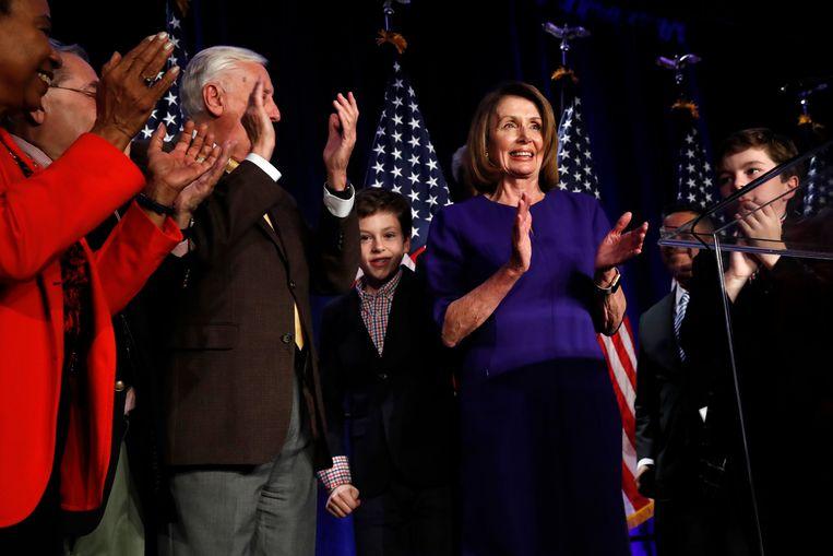 Nancy Pelosi, de leider van de Democraten in het Huis van Afgevaardigden, klapt (tussen twee kleinzoons) bij de goede uitslagen voor haar partij in het Huis, tijdens een bijeenkomst in Washington.  Beeld AP