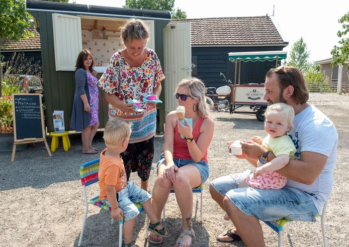 Ria de Ruiter serveert in de zomer van 2018 ijs aan klanten.