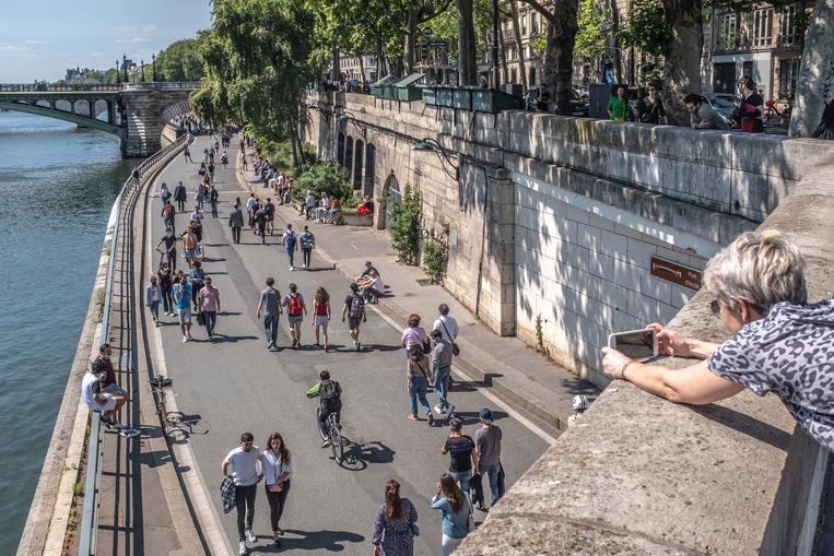 In Parijs is de drukke rijbaan op de rechteroever van de Seine nu autovrij, en ook in de rest van de dichtgeslibde hoofdstad nemen fietsers en wandelaars het stilaan over. Beeld Joris Van Gennip