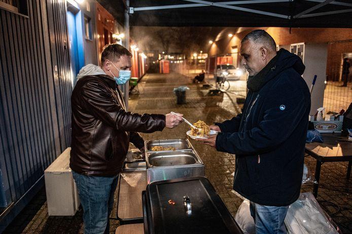 Nachtopvang voor daklozen. Ibrahim krijgt een maaltijd.