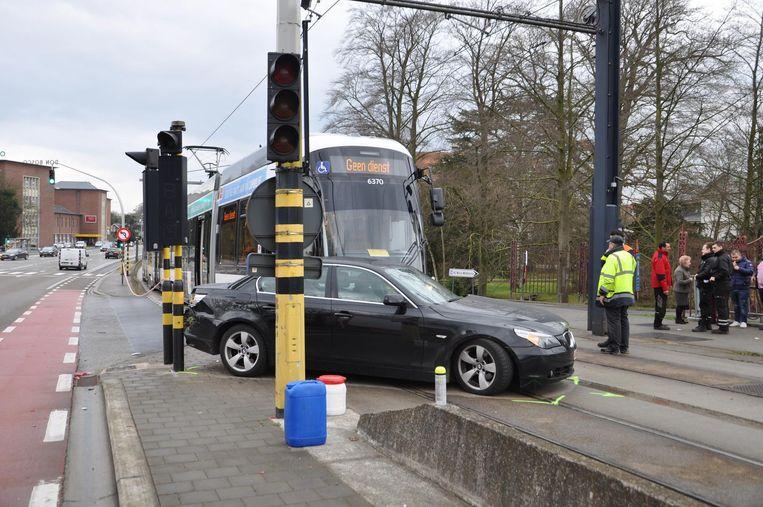 De tram raakt de BMW in de flank aan de ingang van ziekenhuis Maria Middelares.