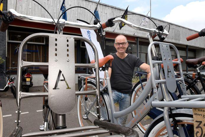 Fietshandelaar Dick van Mouwerik raadt aan ook naar tweedehands fietsen te kijken. Maar ook die worden snel schaarser.