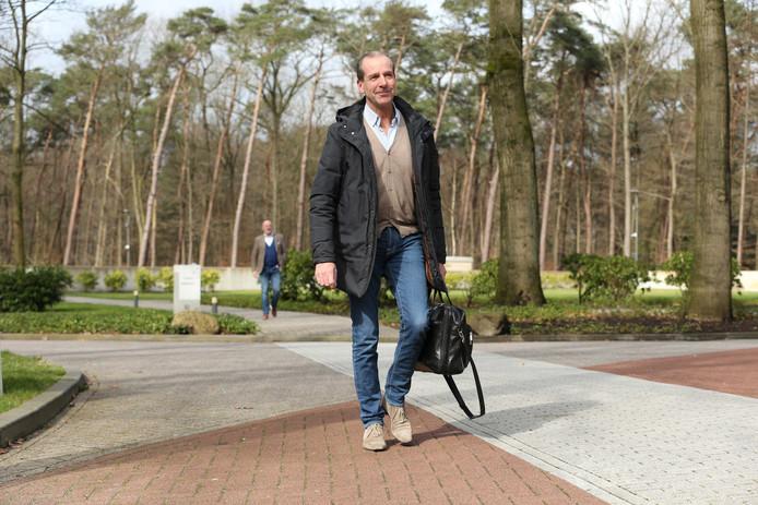 Go Ahead Eagles-directeur Jan Willem van Dop arriveert bij de KNVB tijdens een eerder overleg over de uitbraak van het coronavirus.