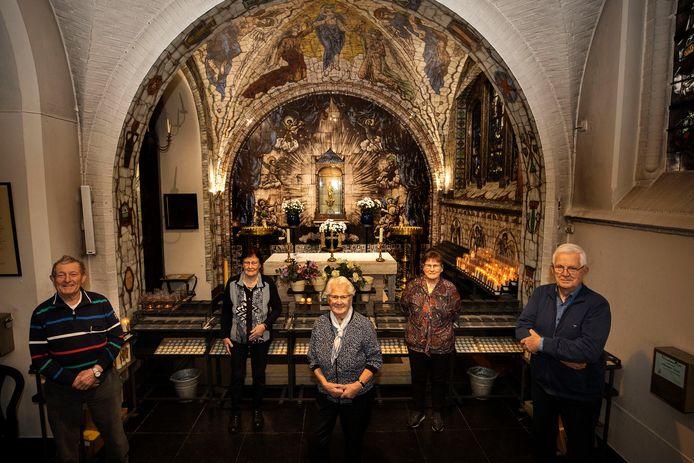 Vier leden van het stoppende Handels Gemengd Koor vlnr. Antoon Graat, Marietje Eikholt-Hubers, Jo Swanenberg-van de Crommenacker en Annie Opsteen-Coenen met uitertst rechts organist Wim Thijssens.