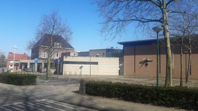 Loon op Zand, exterieur De Wetering. Op de foto rechts de sporthal, in het midden de centrale entree en links (met zwart dak) de 'oudbouw' van het voormalige klooster.