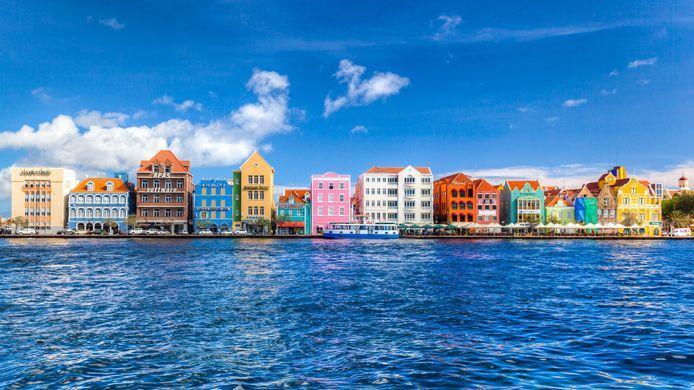 De skyline van Willemstad op Curaçao.
