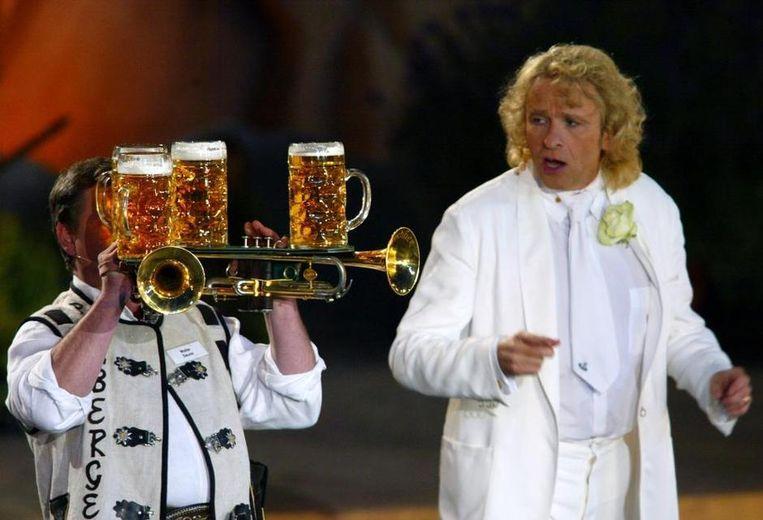 Twee trompetten bespelen onder het gewicht van vier pullen bier. Beeld X