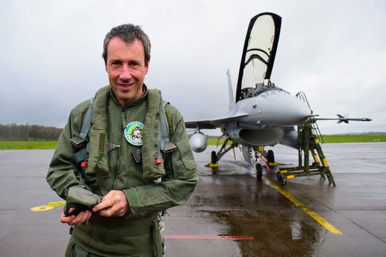 Minister van Defensie Philippe Goffin (MR) voor een F-16 in Florennes. Beeld BELGAONTHESPOT