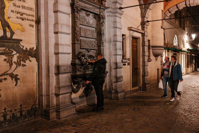 Toerist Nicolai uit Moldavië wrijft over het beeld van t'Serclaes. Beeld Damon De Backer