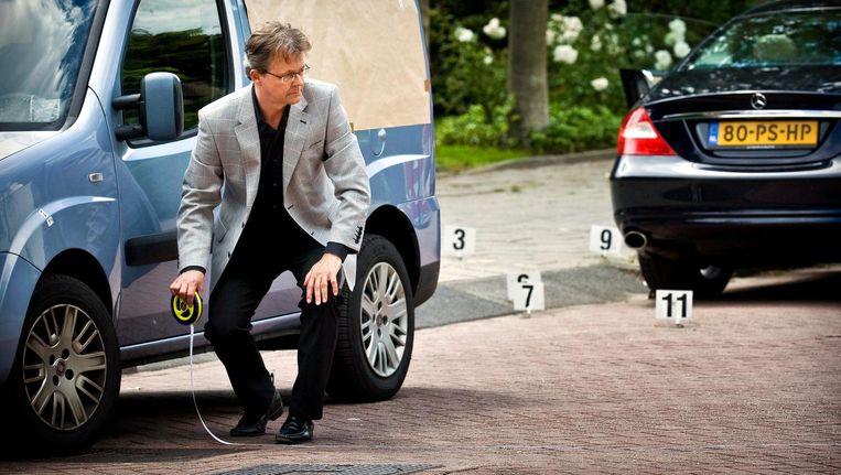 Advocaat Nico Meijering tijdens een reconstructie op de plek waar Kees Houtman is neergeschoten. Beeld anp