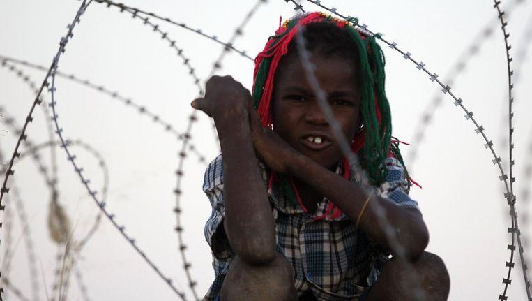 Een kind buiten de basis van de VN in Labado, zuid Darfur. Beeld reuters