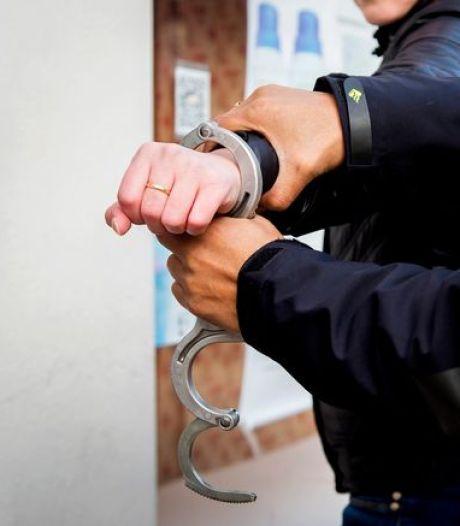 Taakstraf voor man die politie dreigt neer te steken, huiselijk geweld pleegt én ontsnapt bij aanhouding