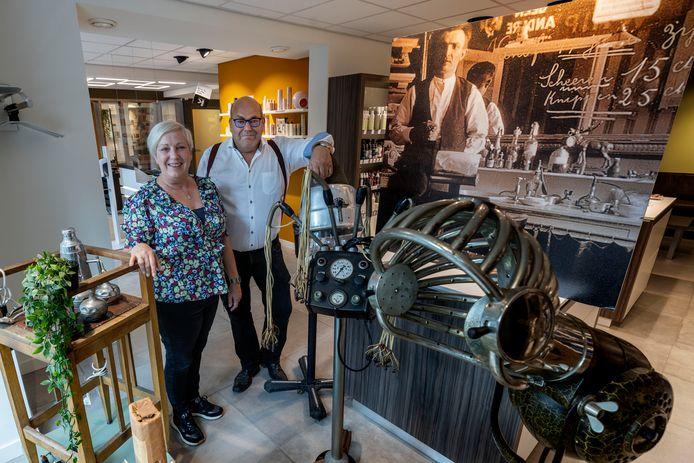 Kapsalon Peels in Eindhoven bestaat 100 jaar. Het is een echt familiebedrijf waar Jeroen en Petra Peels smakelijk over kunnen vertellen.
