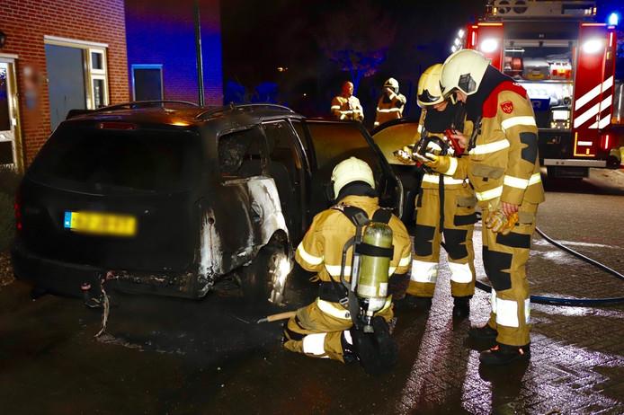Aan de Raamhof in Oeffelt is in de nacht van zaterdag op zondag een auto afgebrand.