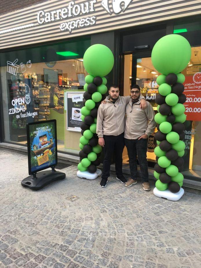 Stephan (22) en Alexander Cidanal (20)  aan hun nieuwe winkel.