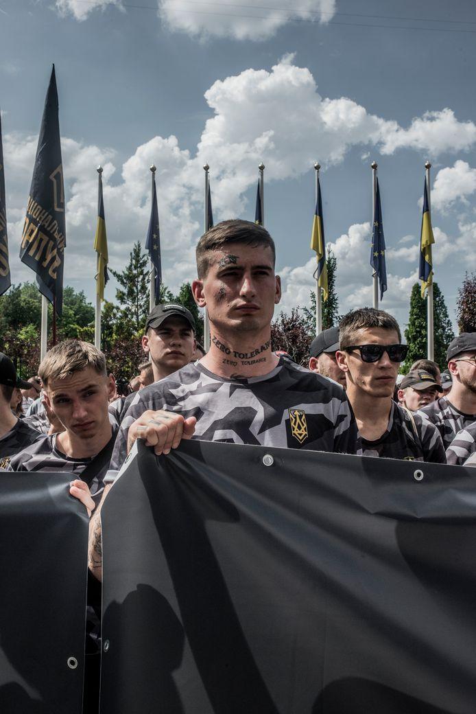 Strijders van het Oekraïense, rechts-extremistische Azov-bataljon tijdens een demonstratie in juni in Kiev. De militanten eisen Oekraïense paspoorten voor de buitenlandse strijders die zich bij het bataljon hebben aangesloten.