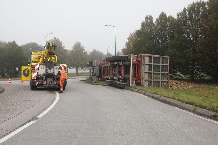 Gekantelde vrachtwagen bij Stampersgat wordt geborgen.