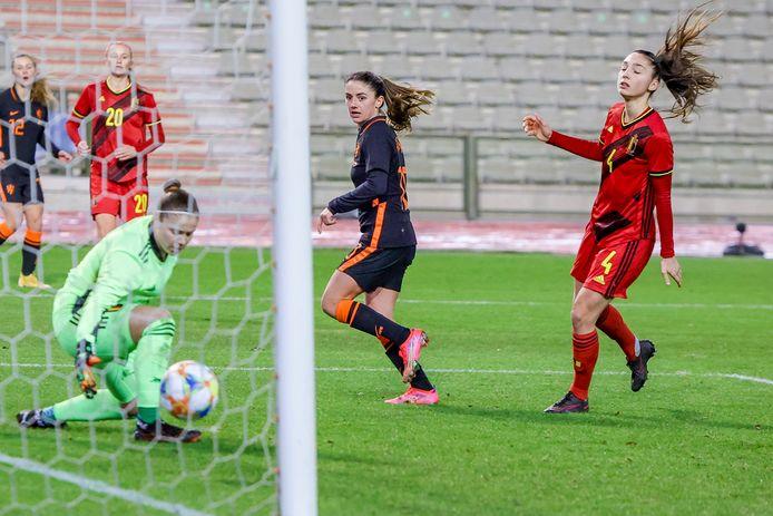 Daniëlle van de Donk maakt met een hakje achter haar standbeen langs de vijfde goal van Oranje.