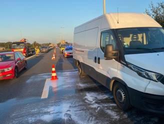 Twee bestelwagens en auto botsen op E34