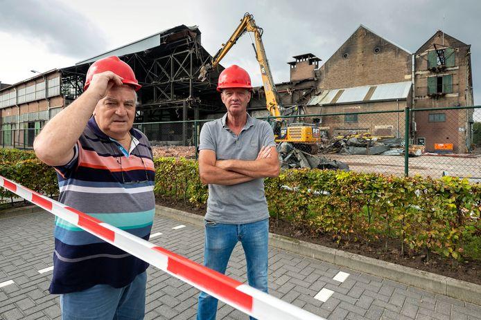 Bart Beaard (l) en John Junggeburth op het terrein van Lips zijn bezig met een bijzondere klus: het slopen van de oude fabriekshallen.