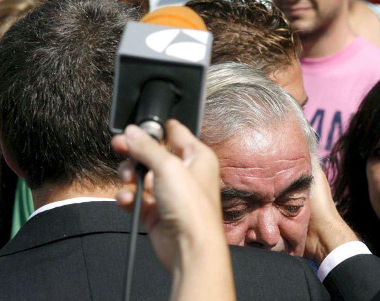De Spaanse minister-president, Jose Luis Rodriguez Zapatero (links), troost een familielid van een van de slachtoffers van de vliegtuigramp. Familieleden van slachtoffers zijn door Spanair met een chartervlucht vanuit de Canarische Eilanden ingevlogen. Foto EPA/Juan Carlos Hidalgo Beeld