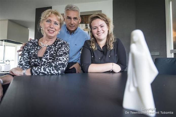 Hilde en Henk van Dijk gaan al vele jaren als vrijwilligers mee met de pelgrimstochten naar Lourdes. Lotte Kerkdijk (rechts) reist sinds twee jaar mee.