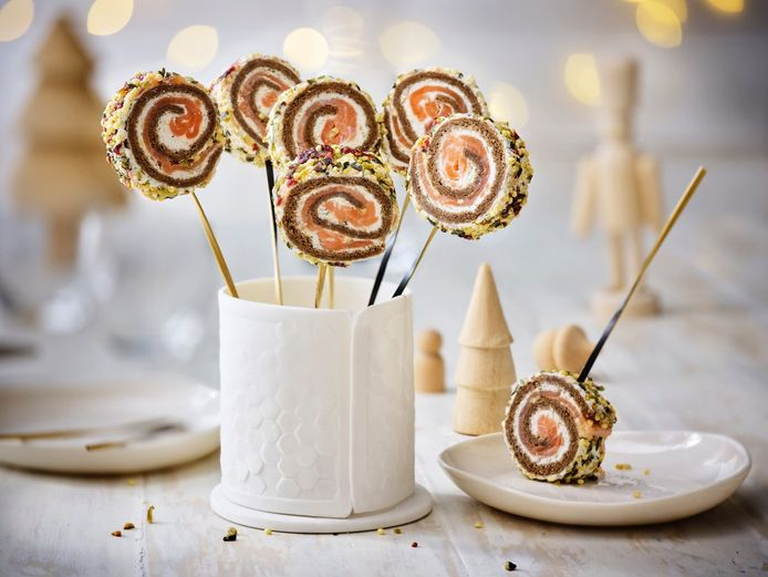 Les lollipops apéritives: composées de pain de mie malté, de saumon gravlax, de fromage frais citronné et d'un mélange de graines colorées.