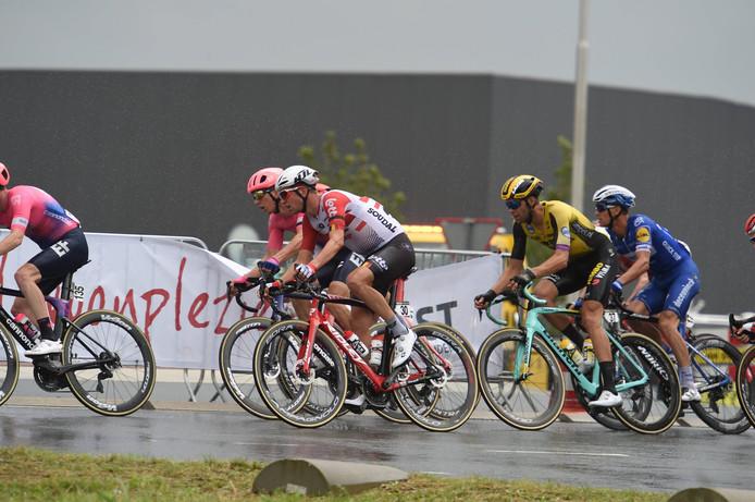 Het peloton rijdt in de stromende regen van Beveren naar Hulst.