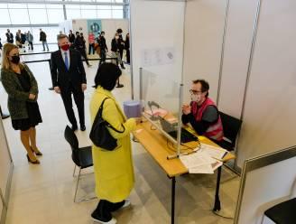 Eerste vaccins toegediend aan zorgverleners en werknemers in vaccinatiecentrum in Skyhall