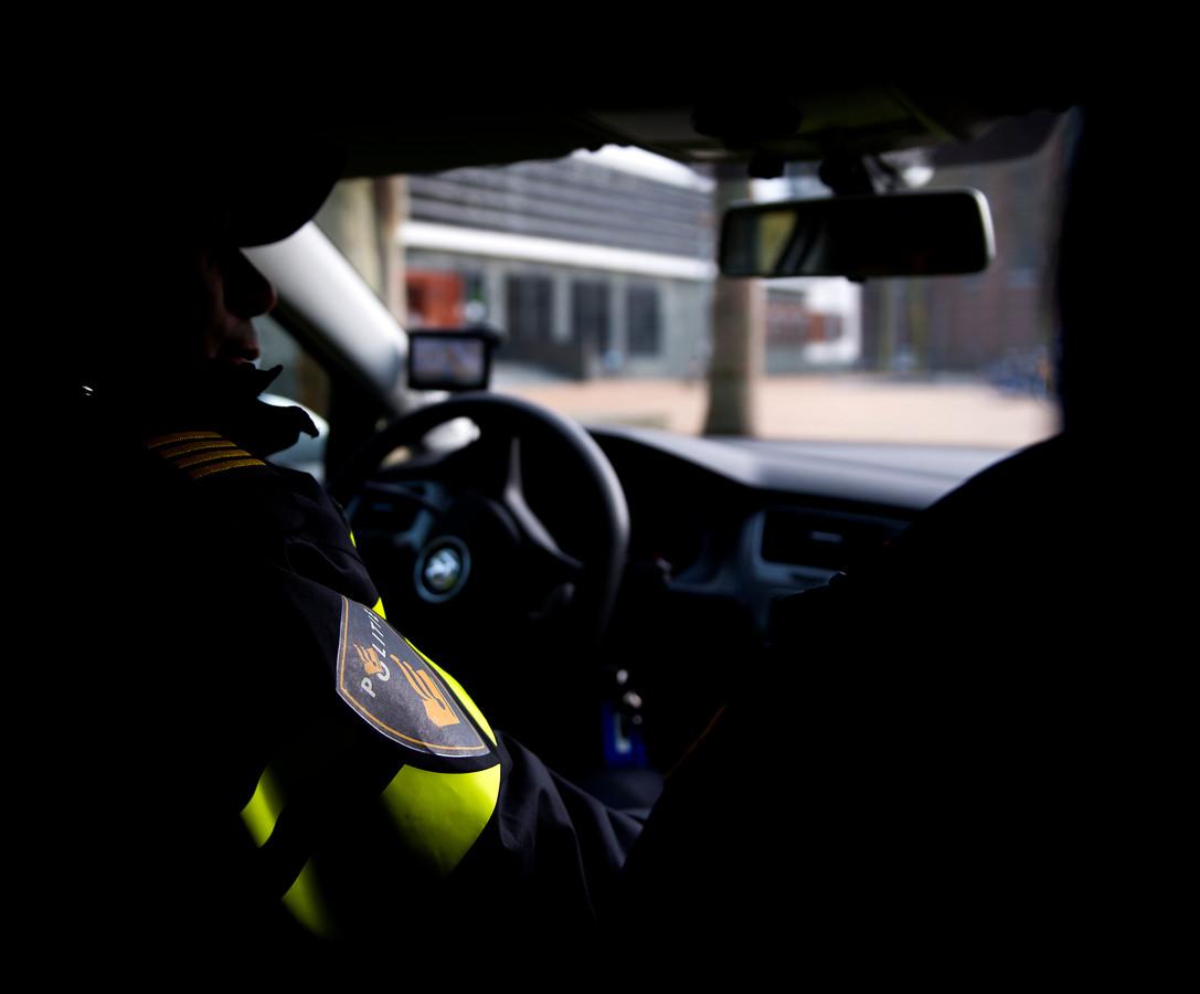 GRONINGEN ILLUSTRATIE - Politieagenten in een politieauto. Agent, agenten, politie, dienstwagen, politiewagen. ANP XTRA KOEN VAN WEEL