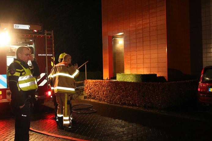 Meerdere brandweerauto's en ambulances zijn gearriveerd.