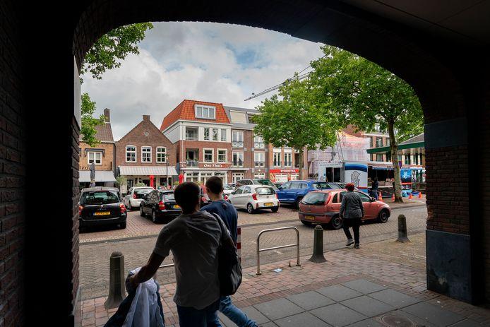Het Mgr. Zwijsenplein in Kerkdriel met rechts de viskraam van De Visbroeders.