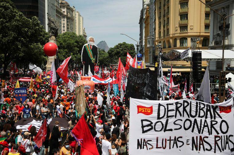 Betogers tegen Bolsonaro in het centrum van Rio de Janeiro. Beeld REUTERS