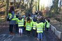 De kinderen van de derde kleuterklas van de gemeenteschool in Dworp hielpen de kikkers en padden in Dworp oversteken tijdens de paddentrek.