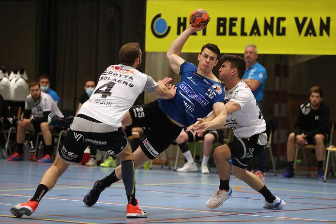 Quinten Colman(Bocholt) tussen Glenn Gevers en Thomas Bolaers van Tongeren in zijn laatste wedstrijd.