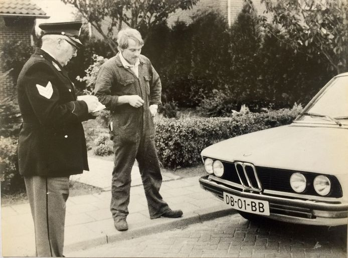 Toon Weierink met agent Kottink die voor het eerst een auto met het nieuwe kenteken onder ogen krijgt.