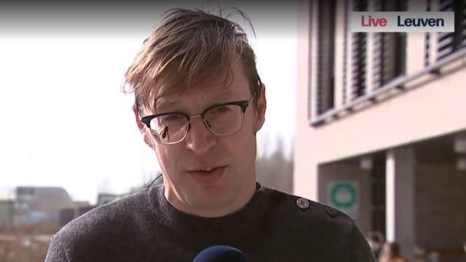 Dit is niet iedereen gegeven: VRT-journalist blijft ijzig kalm terwijl er wesp op zijn gezicht zit