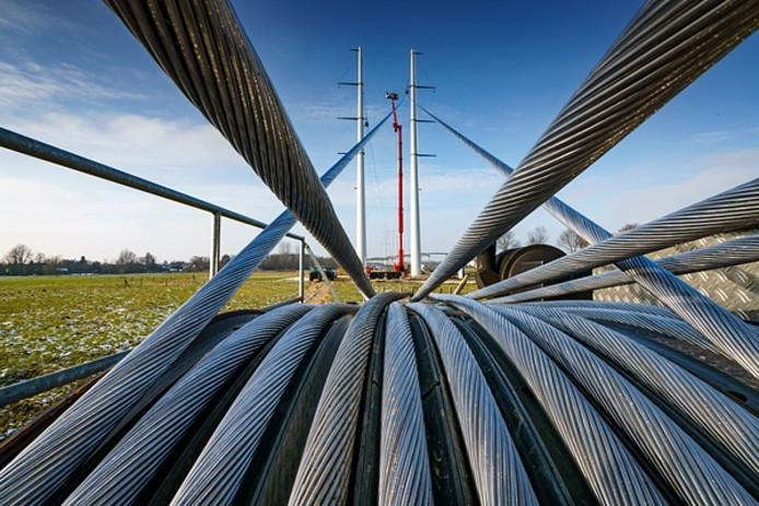 De kabels voor de 380kV-leiding staan klaar op een kabelrol.