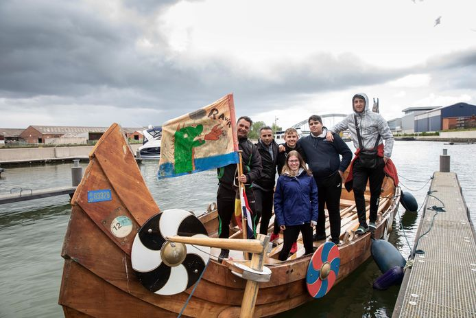 Vikingboot met kwetsbare jongeren aan boord meert na 30 kilometer roeien aan in de jachthaven van Hasselt, de eindbestemming van hun tocht op de Maas en het Albertkanaal.
