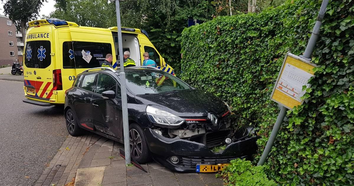 Automobiliste gewond na botsing met busbord in Meppel: kind ongedeerd.