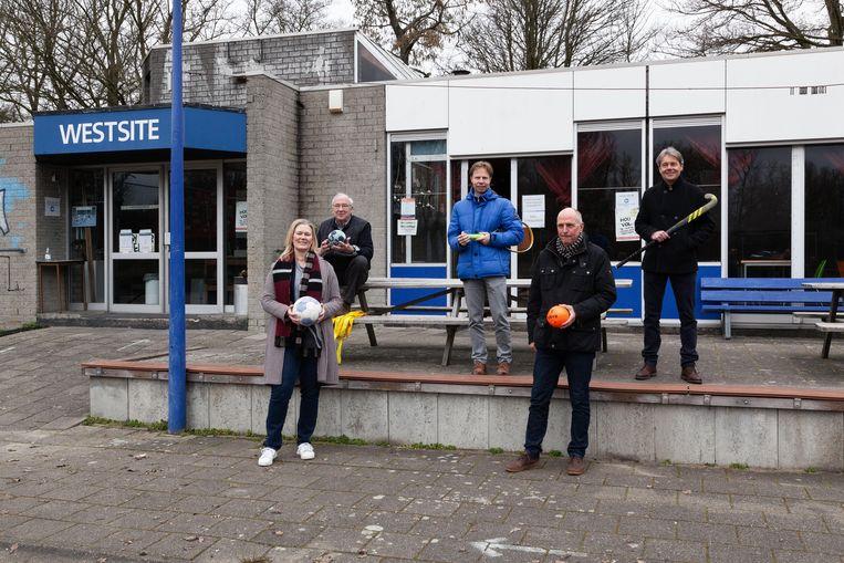 V.l.n.r.: Ageeth Telleman (voorzitter Sportraad Amsterdam), Rob van der Vecht (voorzitter handbalvereniging Westside), Erik Poel (directeur tennisbond), Hans Schelling (KNVB), Erik Gerritsen (directeur hockeybond). Beeld Nina Schollaardt