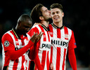 Marco van Ginkel babbelt na PSV-Atlético Madrid in maart 2016 na met Davy Pröpper en Jetro Willems.