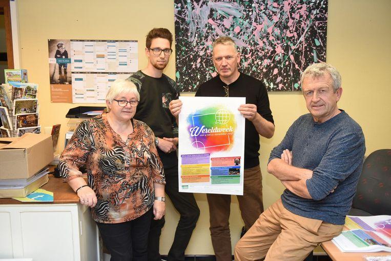 Lieve Van Ruysselberghe, Joost Dedoncker, Rolf Van Haver en Jan Depester stellen de Wereldweek voor.