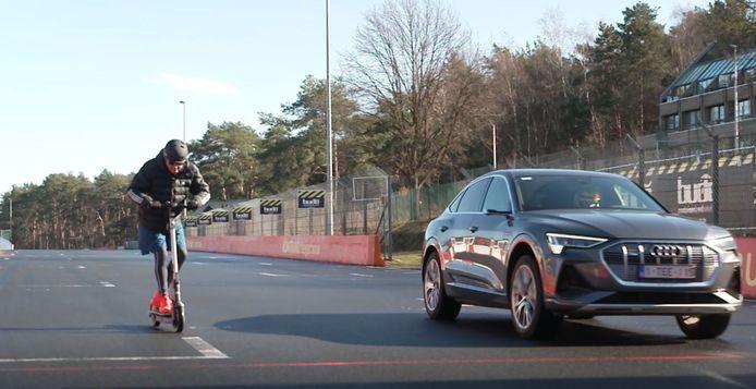 In de eerste aflevering neemt presentator Philippe het op tegen de Audi e-tron.