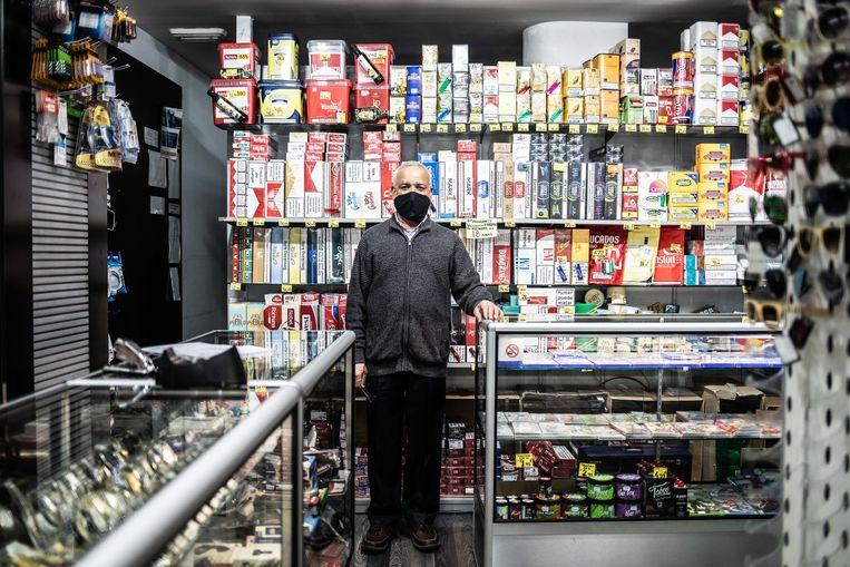 Yogender Kumar Sonejee voor de goedkope sigaretten in zijn winkel in Andorra la Vella.  Beeld César Dezfuli