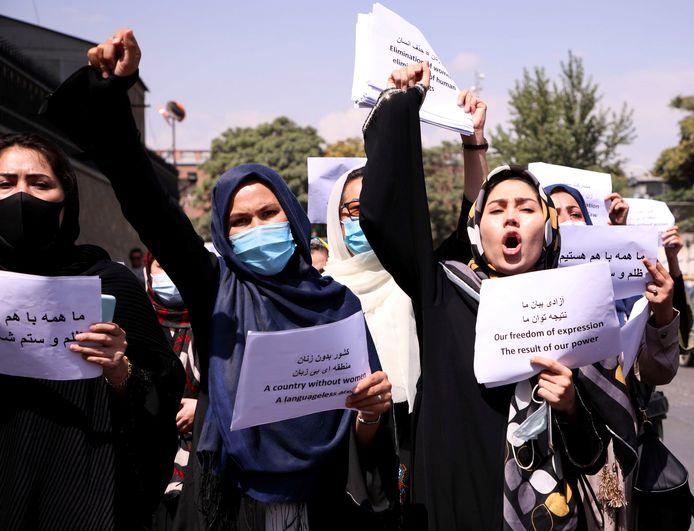 Afghaanse vrouwen protesteren tegen de nieuwe regels voor vrouwen die de taliban in het land hebben ingevoerd.