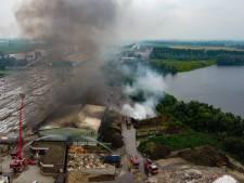 Kunststof en bedrijfsafval in grote loods in brand bij milieustraat in Huissen: brandweer houdt kantoorpand nat