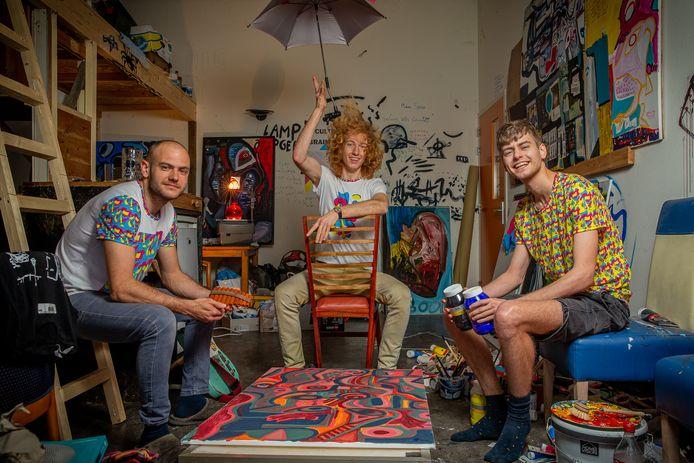V.l.n.r. Piet Baudoin, Tom van Leur en Lars Jurcka in het schilderatelier van laatstgenoemde.