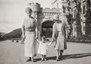 De kleine Elizabeth met haar moeder en de Duchess of York.