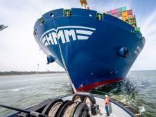Megacontainerschip HMM Rotterdam onderweg naar Rotterdam